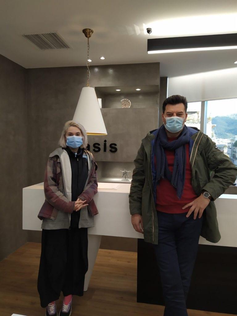 """Η Ιωάννα Γεωργακοπούλου με τον ιδρυτή του """"Ινστιτούτου Ιατρικού Βελονισμού Οράσεως"""" Βασίλειο Σπύρου"""